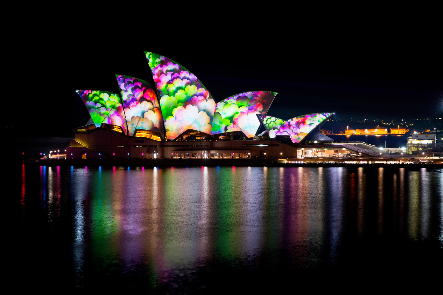 Vivid-Sydney-2014_lighting-the-sails_opera-house_JHORAN_DNSW-----03